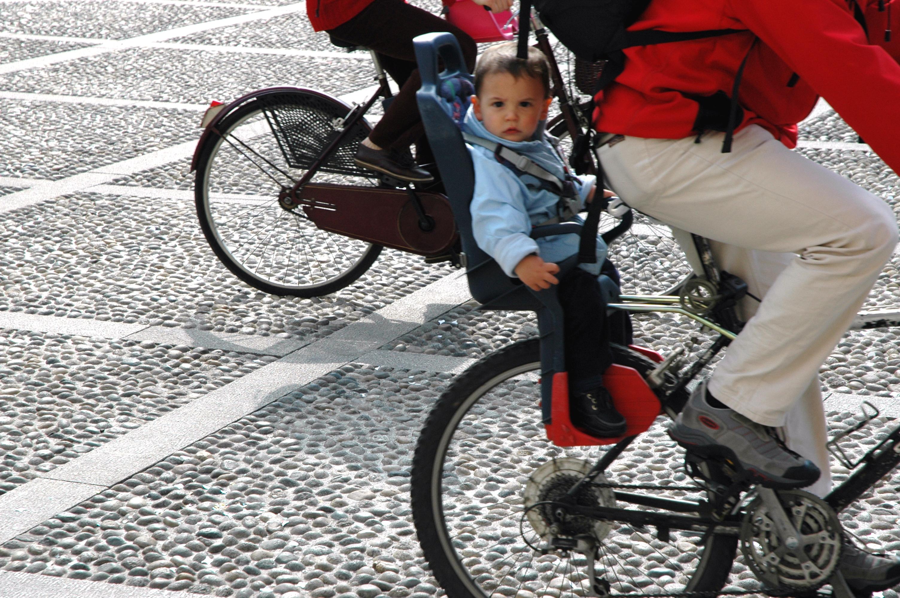 ¿Por qué no llevar al pequeño de la casa con nosotros en bicicleta?